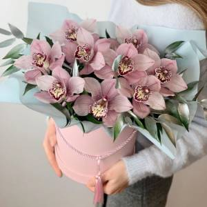 Композиция 9 орхидей с зеленью в коробке R1250