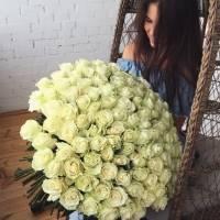 Букет 101 белая роза с лентами R428