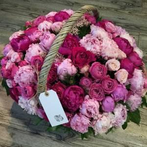 Сборная корзина с цветами, 51 пион и пионовидная роза R959