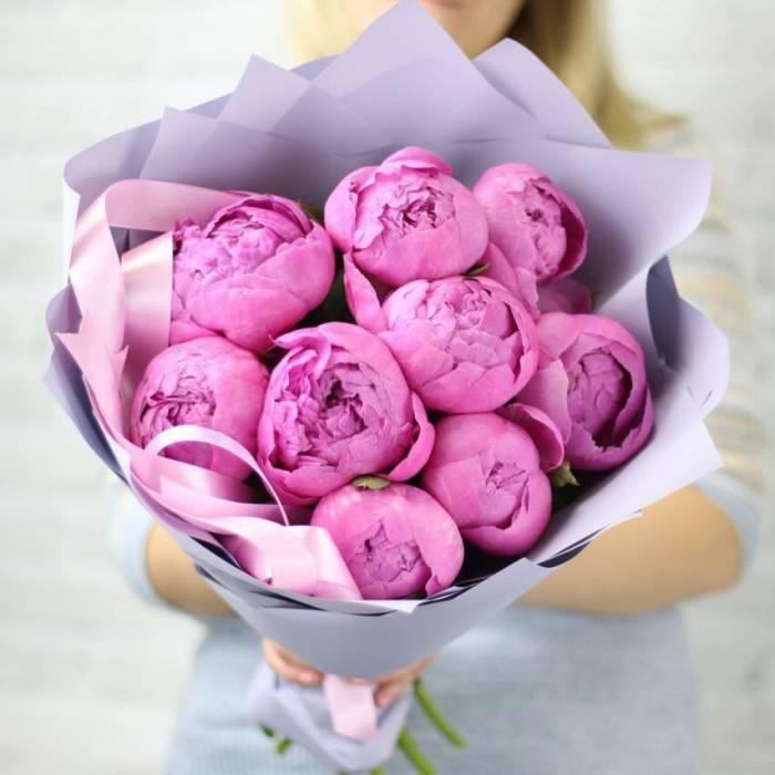 Букет 9 розовых пионов в крафте R1090
