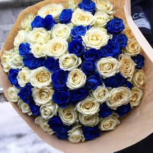 Букет 101 роза микс белая и синяя с упаковкой R606