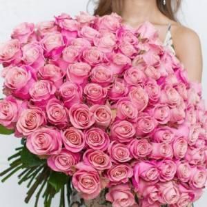 101 розовая роза в крафте R315