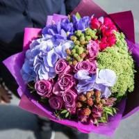 Сборный букет с кустовыми розами и гортензией R71