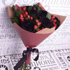 Букет 7 черных роз с оформлением R817